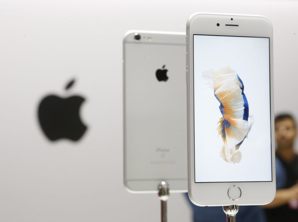 The new Apple iPhone 6S and 6S Plus are displayed during an Apple media event in San Francisco, California, September 9, 2015. REUTERS/Beck Diefenbach - RTSE3I